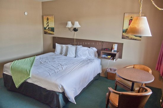 Munising Motel: Bed & Table