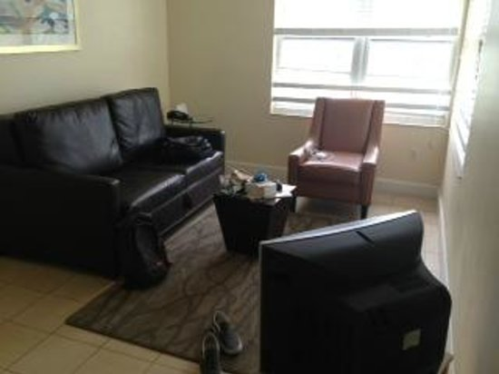 "Crescent Resort On South Beach: ""separate living area"" & not flat screen tv"