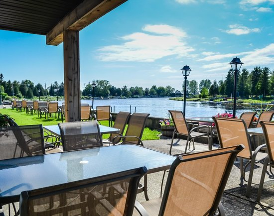 Kit Wat Motel Restaurant & Marina: licensed waterfront patio