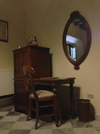Hotel Florida: desk de la habitación