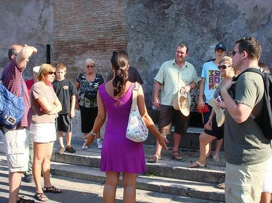 Presto Tours: Presto Guide gathering group at Colosseum meeting point