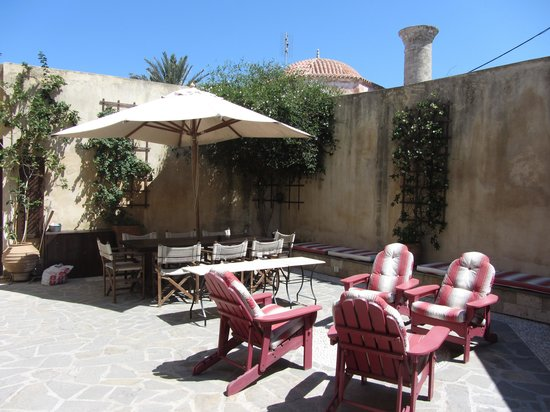 Zacosta Villa Hotel: The courtyard - where breakfast is served.