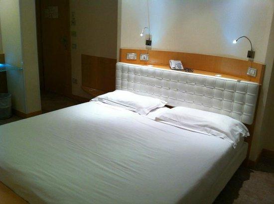 Venetia Palace Hotel: Comodo letto e ottima illuminazione