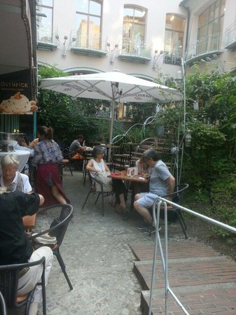 Amicus Vini: Lovely courtyard and Italien style indoor.