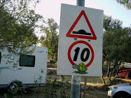 Camping Les Oliviers : la limitation de vitesse sympa pour le respects des autres
