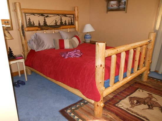Long Hollow Guest Ranch : Isn't this the most beautiful bed in the cabin!