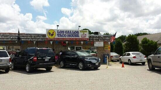 Los Gallos Restaurant: Larger view of buildings.