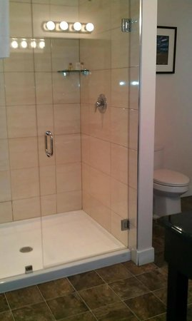 Bayshore Waterfront Inn : 4' Glass shower