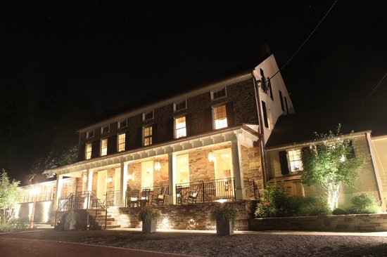 Golden Pheasant Inn: Inn at night