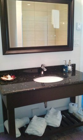 Bayshore Waterfront Inn: marble vanity