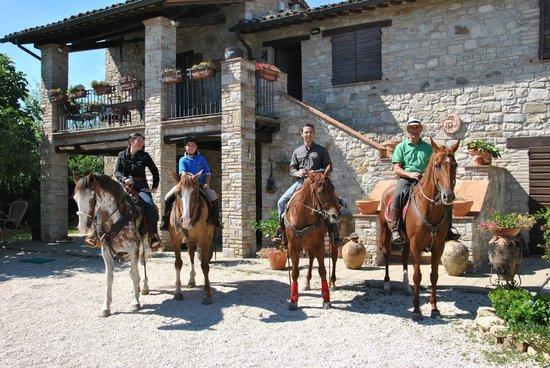 La Fattoria dei Montanari : A cavallo con gli amici