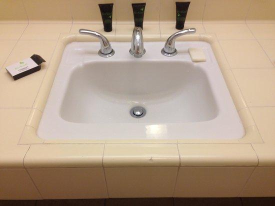 Wyndham Garden Ventura Pierpont Inn : Older tile but new faucet