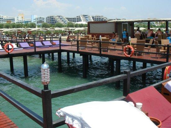 Cornelia Diamond Golf Resort & Spa: Pier, loungers always available.