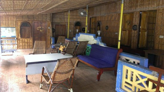 Ashtamudi Homestay: Living area in front of bamboo rooms