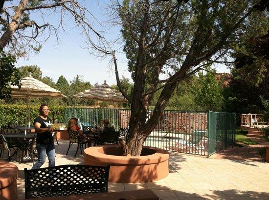 Casa Sedona Inn: Garden & dining area