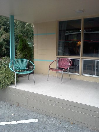 Sunset Motel: Sitting area in front of room