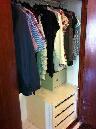 Bajondillo Apartments: Wardrobe