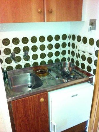 Bajondillo Apartments: Kitchen