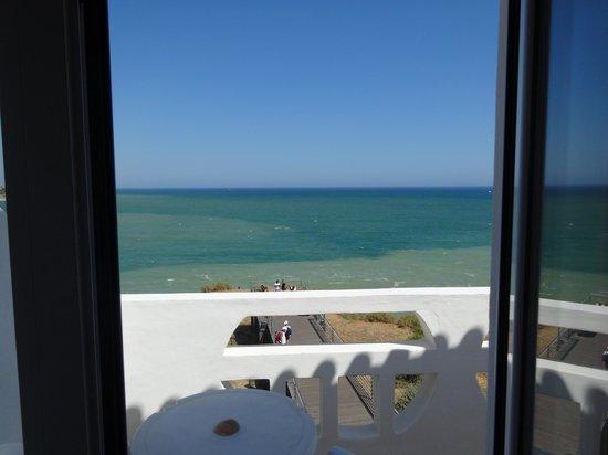 Hotel Frentomar : Vista da praia, dentro do quarto.