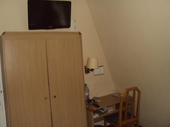 هوتل لو مونتمارتر سانت بيير: TV em cima do armário !