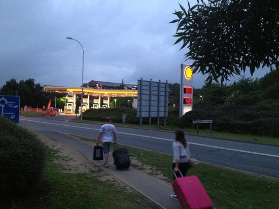 Premier Inn London Gatwick Airport (A23 Airport Way) Hotel: visitors waking across busy roads to the hotel
