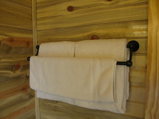 Cedar Pass Lodge: Plenty of towels for 4