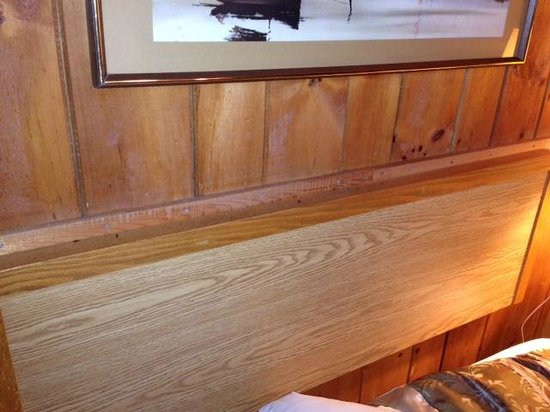 Old Orchard Inn & Spa: droppings on ledge directly above pillows