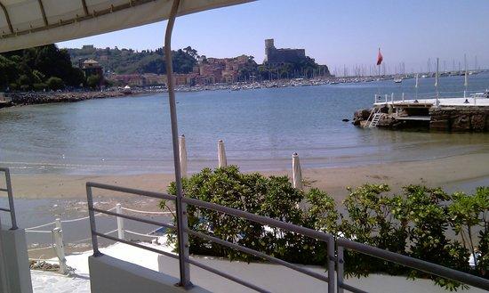 Piccolo Hotel del Lido: Blick vom Zimmer auf den Strand und die Stadt
