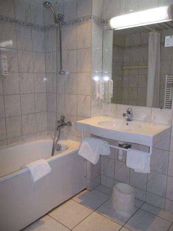 Kyriad Montbeliard - Sochaux : Salle de bain d'une chambre pour 4 personnes (non rénovée)