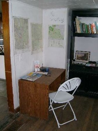 Bessemer Hostel: desk and maps