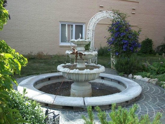 Hickory House Inn: The water fountain out front
