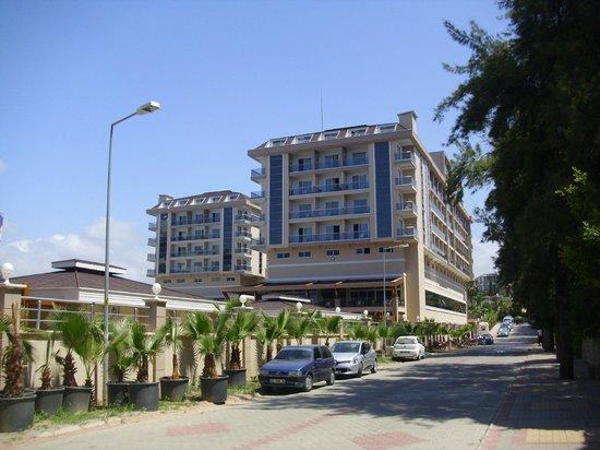 Dizalya Palm Garden Hotel: Hotel, vom Strand aus gesehen