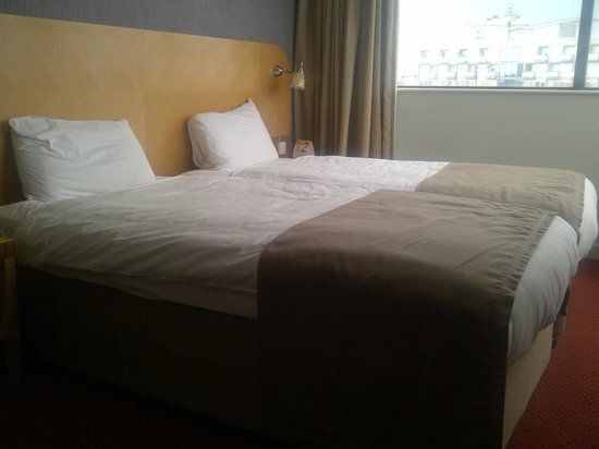 Ramada Hotel & Suites Coventry: beds in room