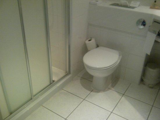 Ramada Hotel & Suites Coventry : Bathroom
