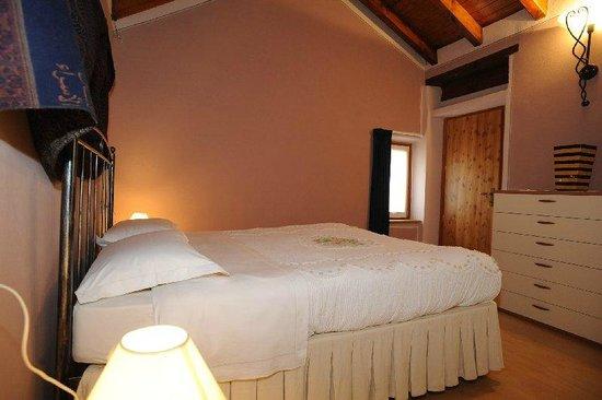 Roccetta Fiorita: camera appartamento rosa
