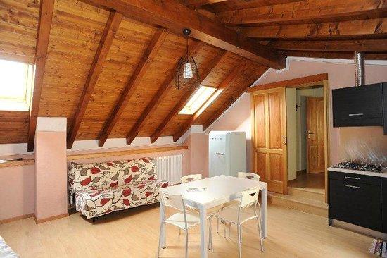 Roccetta Fiorita: salotto appartamento rosa