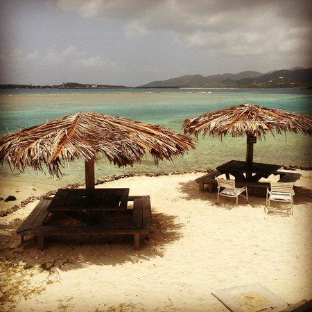 Pusser's Landing: Beach in front of restaurant