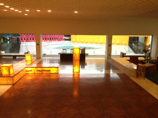 Camino Real Polanco Mexico: Photo of the hotel lobby area viewing the main water feature.