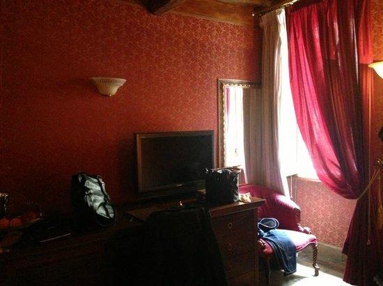 Relais Group Palace Hotel: Das Zimmer mitten am Tag sehr dunkel
