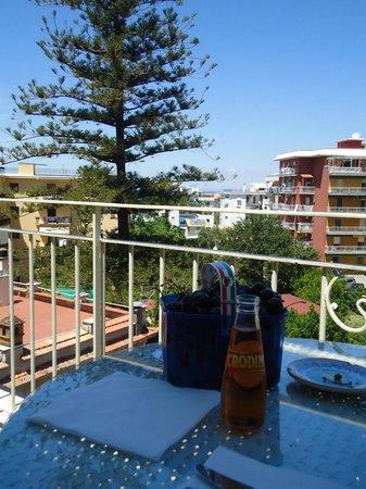 Il Giglio Bianco: Atardecer en el balcón...a lo lejos se aprecia el mar