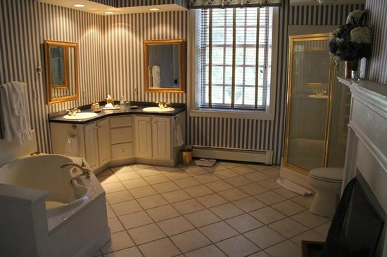"Ascot House Bed and Breakfast: ""Surrey"" bathroom"