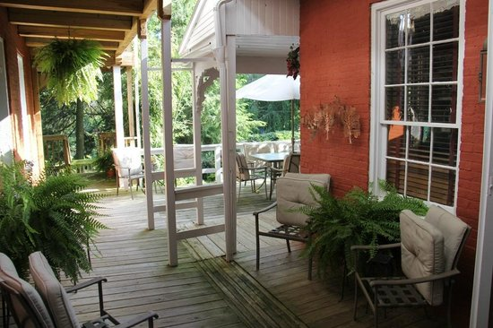 Ascot House Bed and Breakfast: Outdoor patio
