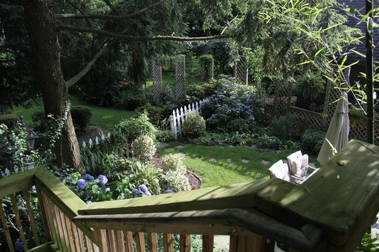 Ascot House Bed and Breakfast: Manicured garden