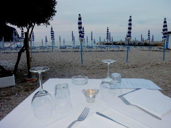 Ristorante la Grotta : Tavolo sulla spiaggia