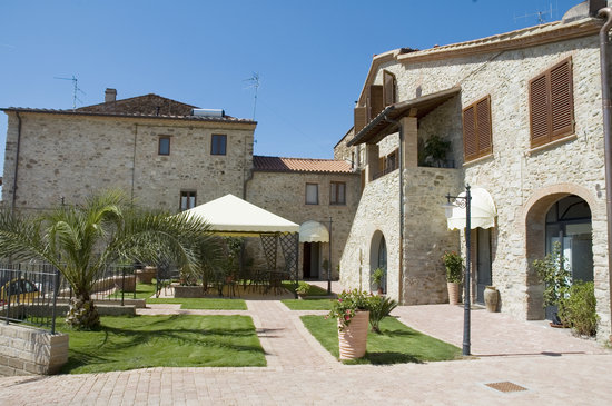 Bed & Breakfast Suvereto: Entrance and courtyard