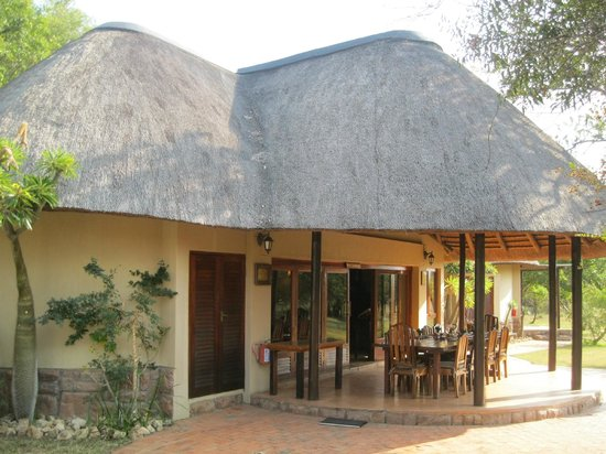 Monwana Game Lodge: Outdoor Dining area with view of the Waterhole