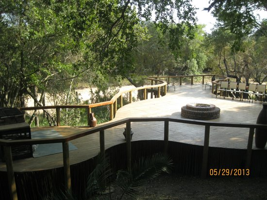 Monwana Game Lodge: Boma area overlooking the river