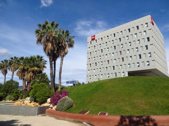 Ibis Barcelona Santa Coloma: in front of the hotel