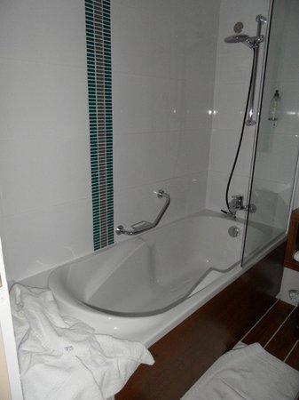Best Western Les Roches Noires : la baignoire douche