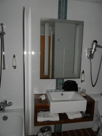 Best Western Les Roches Noires : la salle de bain